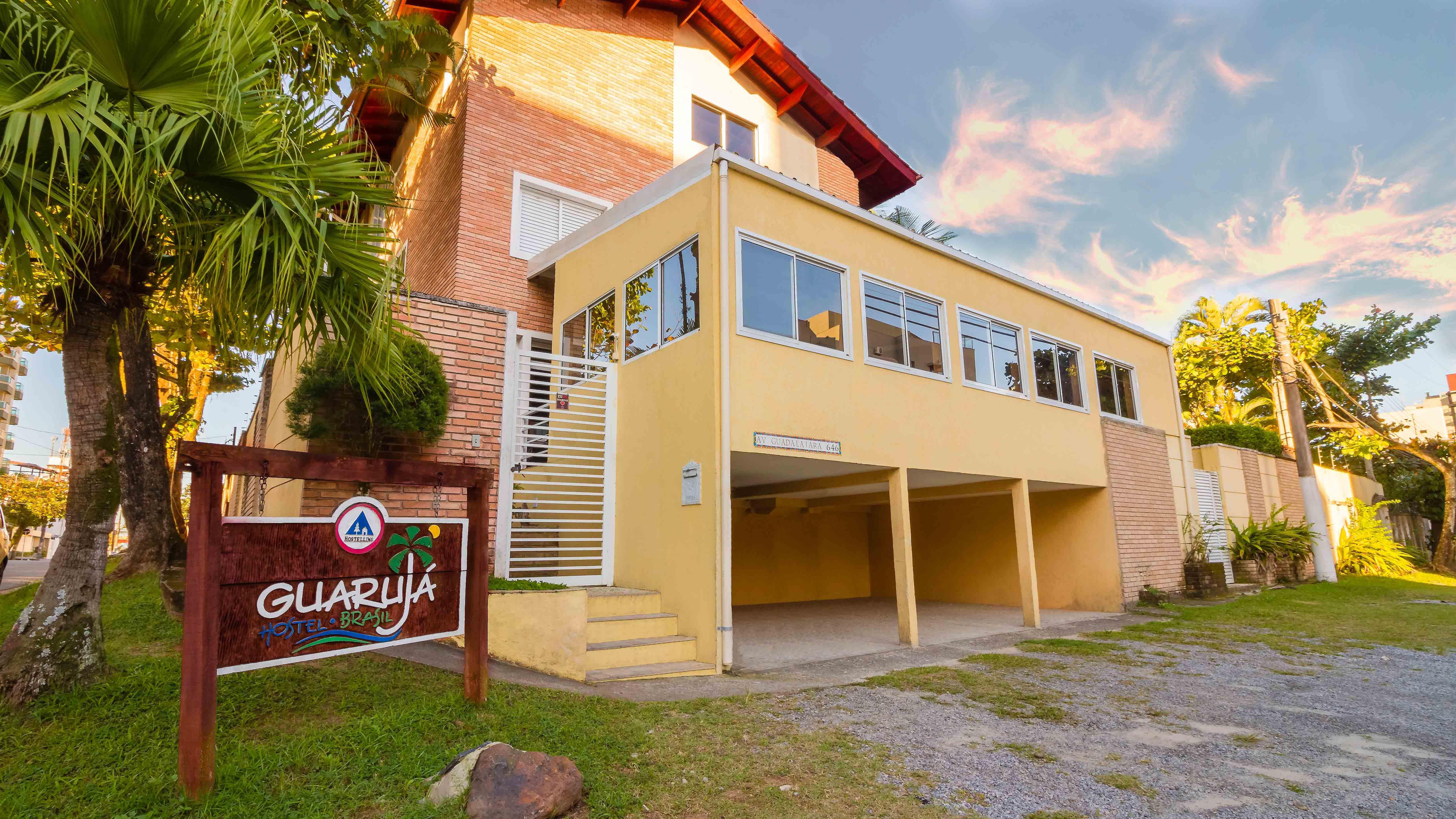 Fachada do Guarujá Hostel em 2018